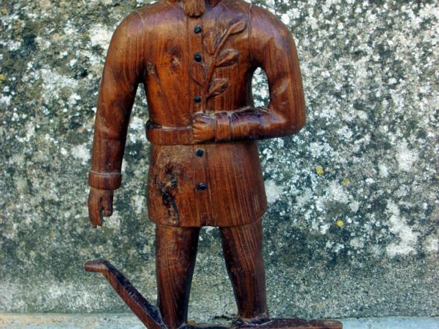 Statue en bois au musée de Lagorce